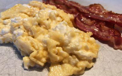 Krämig äggröra med fetaost