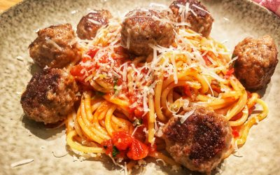 Spaghetti med tomatsås och parmesanköttbullar