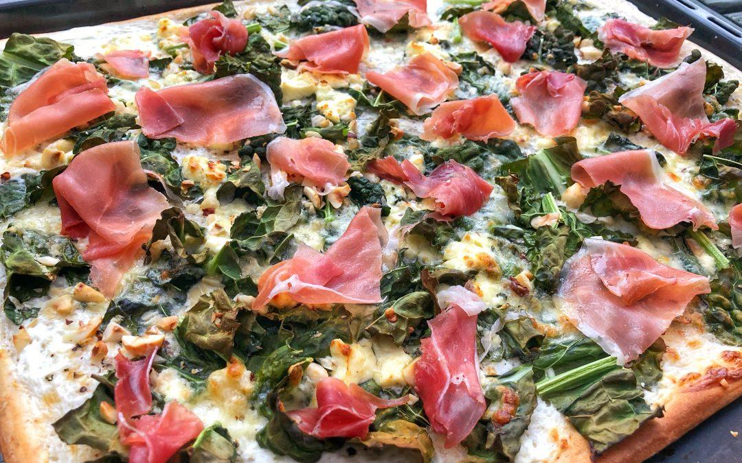 Pizza bianco med svartkål, serrano och rostade hasselnötter