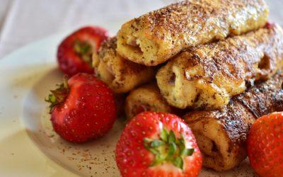 French toast rullar med jordgubbar och färskost
