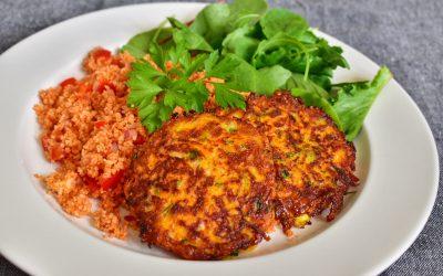 Morots- och halloumibiffar med koriander och gräslök och röd couscous