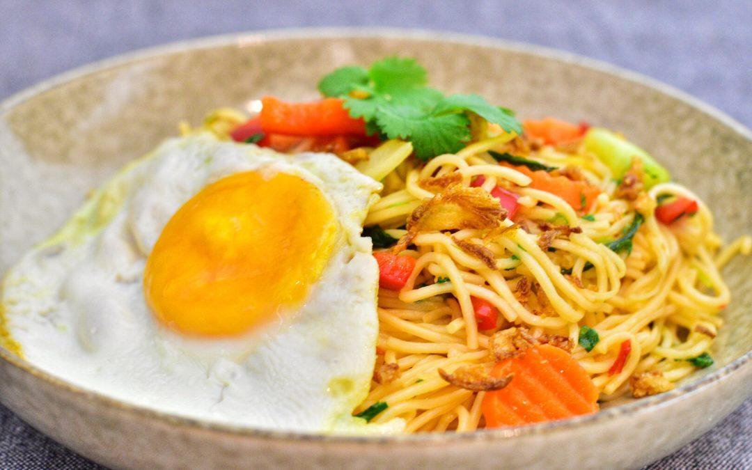 Chow mein nudlar med grönsaker och stekt ägg