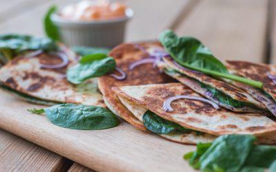 Quesadillas med mjukost, spenat, rödlök och skinka