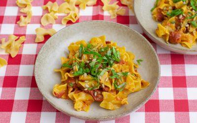 Pasta med paprikapesto och tomater