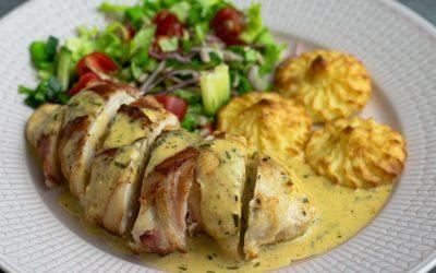 Baconlindad kyckling med ädelost och duchesse