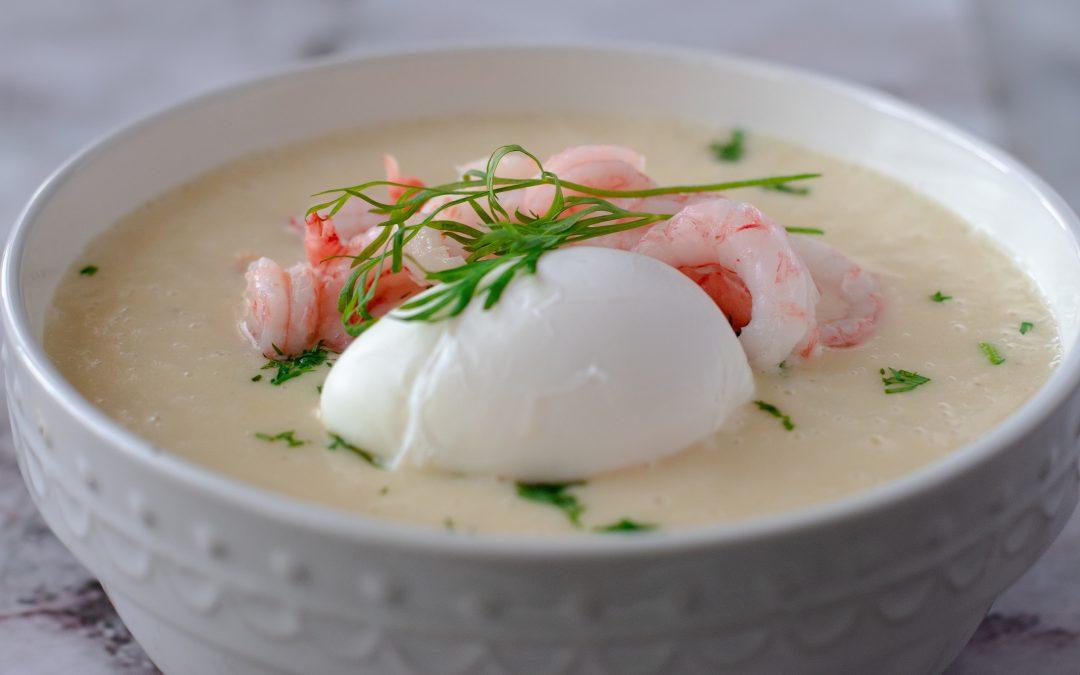 Potatis- och purjolökssoppa toppat med pocherat ägg och räkor
