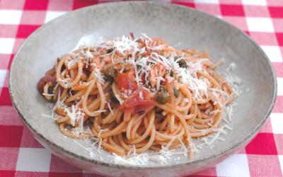 Tomatpasta med rödlök och kapris