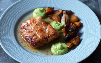 Stekt torsk med gulbetor, ärtpuré, schalottenlök och brynt smör med citron